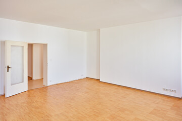 Obraz Wnad mit Tür in einem leeren Raum einer Wohnung - fototapety do salonu