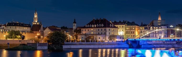 Opole panorama Starego Miasta nocą z widoczną katedrą, murami miejskimi nad rzeką Odrą i ratuszem