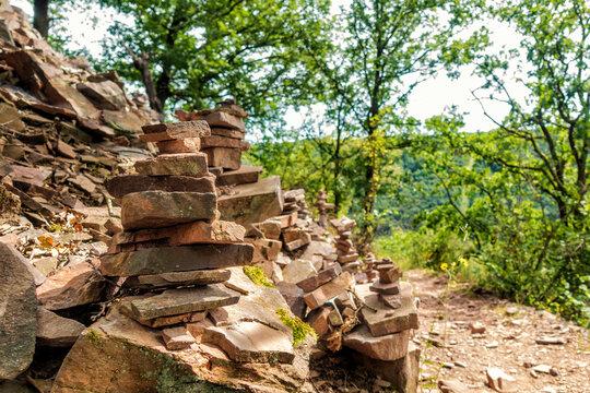 Spiel am Wanderweg: Bauen von Steintürmen über der Mosel bei Hatzenport
