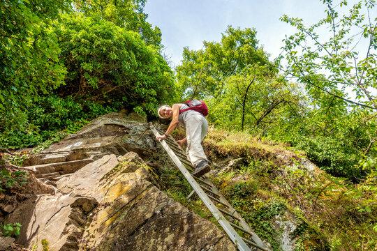 Auf dem Klettersteig Dolling oberhalb des Weindorfes Hatzenport an der Mosel