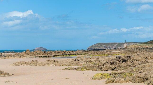 Pléhérel plage, anse du croc au cap Fréhel dans les côtes d'Armor en Bretagne.