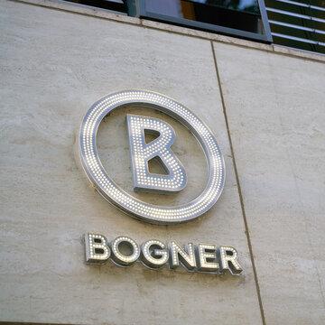 Logo der Luxusmarke Bogner an einer Fassade am Kurfürstendamm in Berlin
