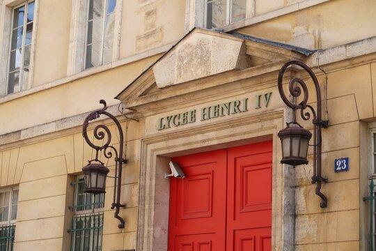 Façade et porte d'entrée du prestigieux lycée Henri IV, célèbre école à Paris (France)