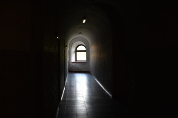 Nisza okienna w ciemnym korytarzu