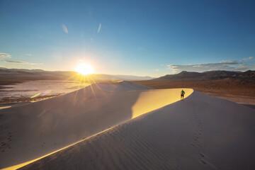 Obraz Hike in the desert - fototapety do salonu