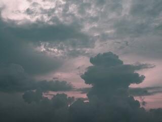 Burzowe obłoki na wieczornym niebie