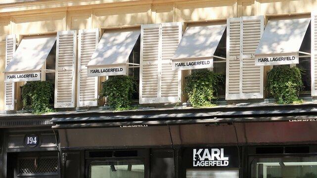 Façade / devanture de la boutique Karl Lagerfeld, marque de mode de luxe du célèbre couturier franco-allemand, boulevard Saint-Germain à Paris – avril 2021 (France)