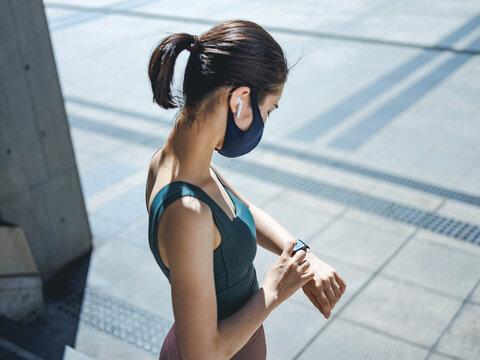 運動中に時計を確認する女性
