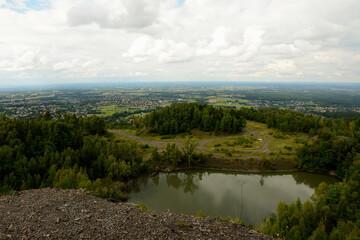 Krajobraz górski. Kamieniołom w górach nad stawem