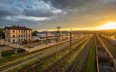 Fototapeta Wschód słońca na dworcu kolejowym. Nowy Sącz obraz