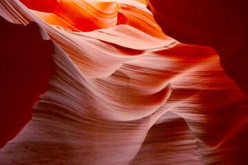 Kolorowe skały w jaskini