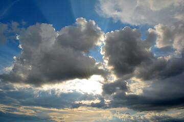 Fototapeta Piękny widok na białe chmury i zachodzące słońce.  obraz