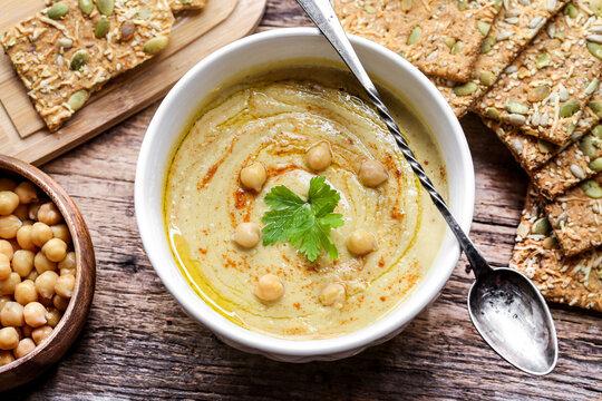 bol de houmous avec trartine biscotte aux graines