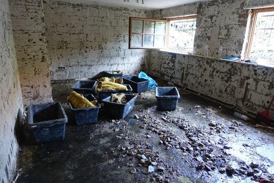 Abbrucharbeiten im Keller eines Wohnhauses nach der Flutktastrophe an der Erft, Nordrhein-Westfalen, Deutschland, Weilerswist
