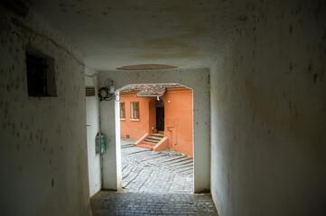 Fototapeta Brama z widokiem na zabudowania miejskie obraz