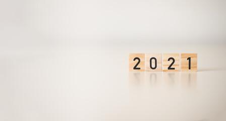 2021 -napis na drewnianych kostkach