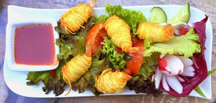 Gebratene Scampi im Kartoffelmantel auf Salatbett