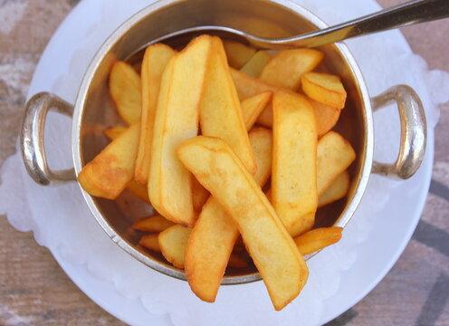 Dicke, goldgelbe belgische Pommes Frittes