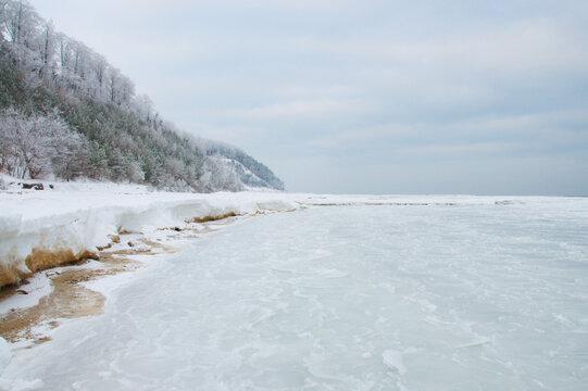Meeresküste im Winter