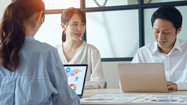 オフィスでミーティングする人々 ビジネスとチームワーク