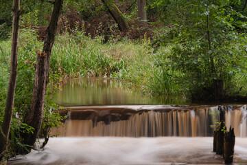 Wodospad na małej, nizinnej rzece.