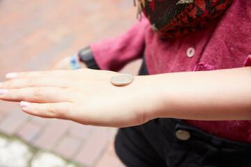 moneta na ręce- orzeł czy reszka