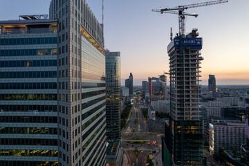 centrum Warszawy, wieżowce, zachód słońca