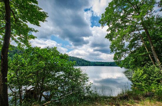 """Dramatischer Wolkenhimmel über dem """"Langesee"""" im brandenburgischen Naturpark Schlaubetal"""