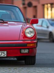 Czerwony samochód zaparkowany na ulicy