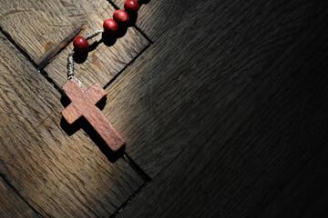 Fototapeta Drewniany krzyżyk na wyblakłym drewnianym tle obraz