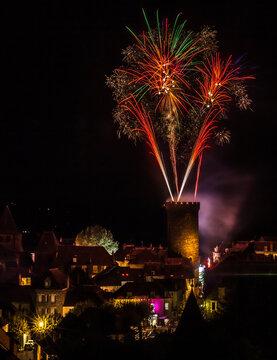 Allassac (Corrèze, France) - Feu d'artifice tiré depuis la tour César lors de la clôture de la fête annuelle du village