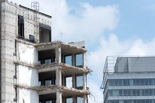 Ein Hochhaus wird abgerissen