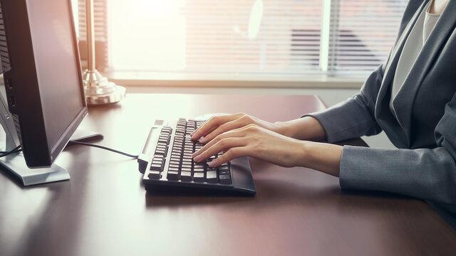 オフィスでPCを使う女性