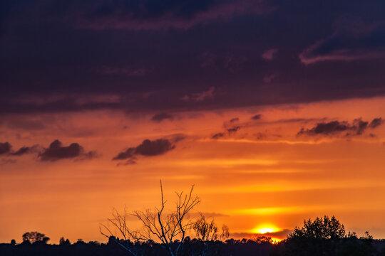 Allassac (Corrèze, France) - Coucher de soleil nuageux orangé