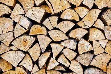 Gestapelde gehakte houten close-uptextuur. Brandhout opslag achtergrond. Voorraden houten stammen. Hout hakken voor een open haard. Houtstapel met brandhout met zichtbare houten textuur.