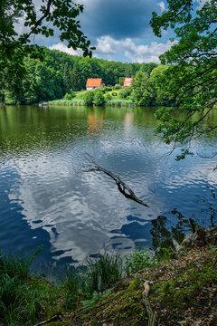 """Blick auf den """"Hammersee"""" und das Forsthaus """"Siehdichum"""" im brandenburgischen Naturpark Schlaubetal"""