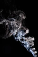 Błękitny, biały dym na czarnym tle