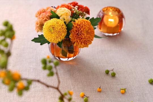 秋のミニアレンジ ハロウィンカラーのマムとケイトウ、ツルウメモドキ