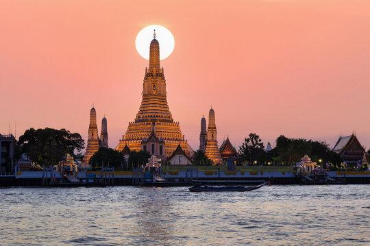 Wat Arun, Temple of dawn and the Chao Phraya River, Bangkok, Thailand