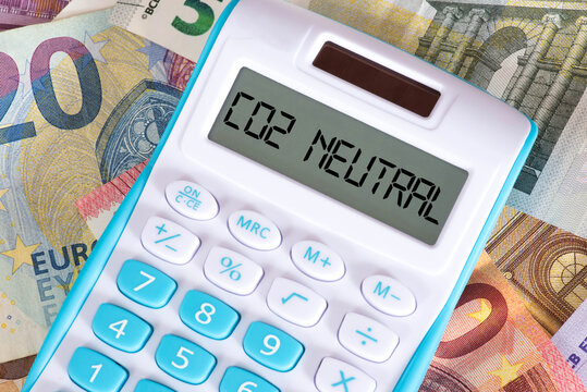 Euro Banknoten, Taschenrechner und Kosten für die Co2 Neutralität