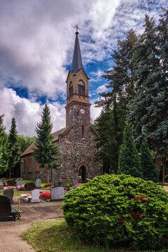 Das Mauerwerk der denkmalgeschützten Dorfkirche Stücken stammt teilweise noch von dem Vorgängerbau aus dem 13. Jahrhundert