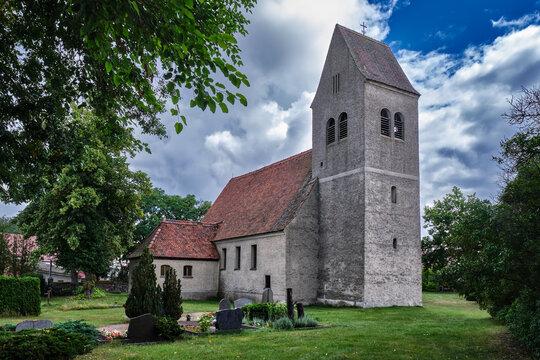 Kirchhof und denkmalgeschützte Dorfkirche Blankensee, Ansicht von Nordwesten