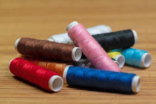 Nähgarn, Garnrollen in verschiedenen Farben