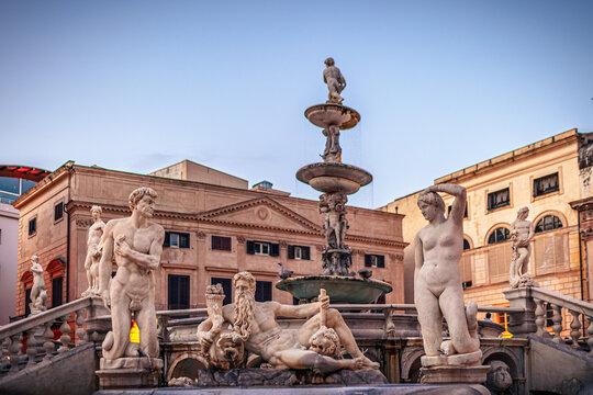 Piazza Pretoria, berühmter Platz mit historischem Brunnen in der Altstadt von Palermo, Sizilien