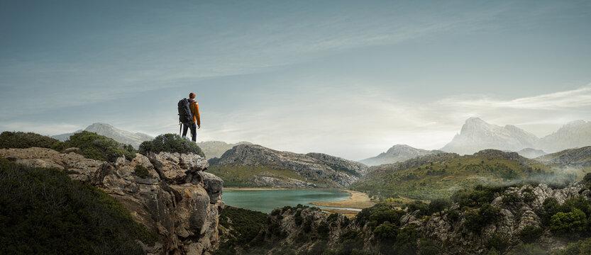 Wanderer aufen einem Berg genießt die Aussicht
