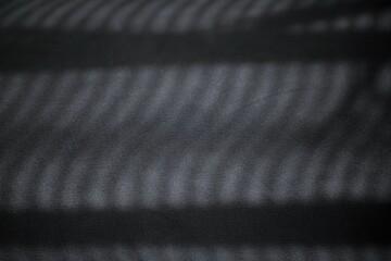Czarne tło z nieregularnymi falowanymi cieniami