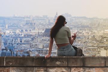 Fototapeta Piękna młoda kobieta przegląda smarfona w Paryżu obraz