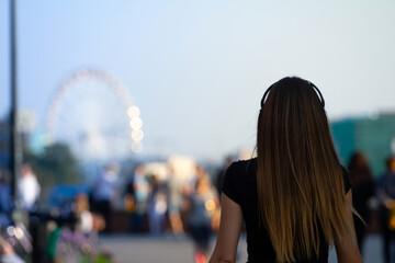 Fototapeta Piękna młoda kobieta na tle parku rozrywki obraz