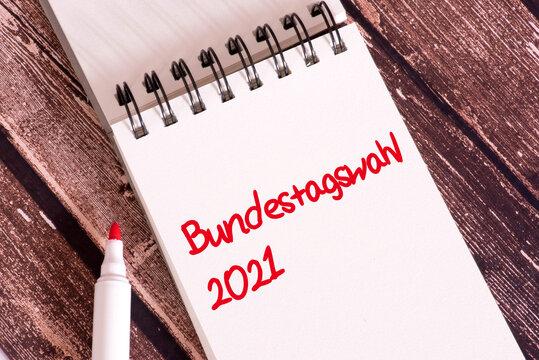 Ein Notizblock und Hinweis auf Bundestagswahl 2021 in Deutschland