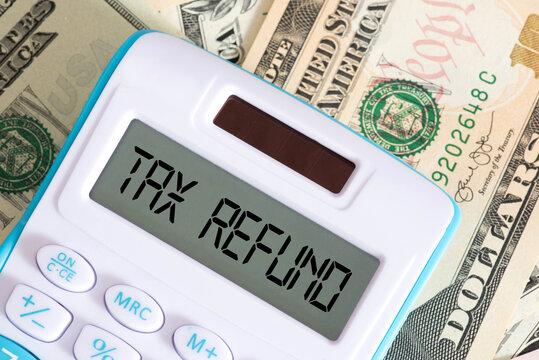 Dollar Banknoten, Taschenrechner und Steuerrückerstattung